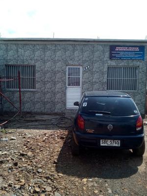 Casa Para Seguir Hacia Arriba Cerrada Con Muros Y Rejas