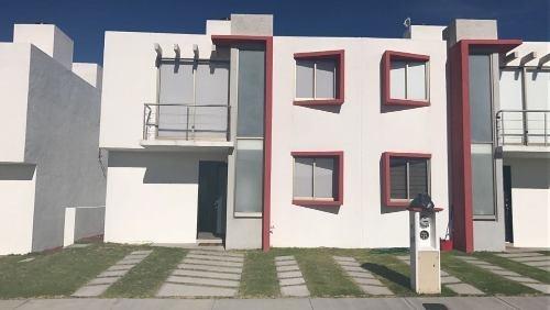 Casa En Venta Con 3 Recamaras, Estacionamiento Para 2 Autos.