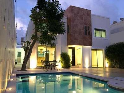 Venta De Casa En Cancun, Hermosa Con Alberca, Super Ubicada!