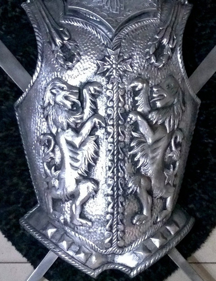 Antiguo Escudo Medieval Con Yelmo Y Espadas. Sable Bayoneta
