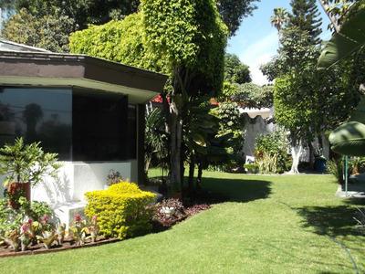Casa Con Muchos Cuartos Y Ambientes, Ideal Para Negocio.