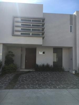 Casa De Dos Plantas Con 3 Recamara 2 Baños Y Medio, Patio
