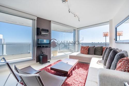 Venta De Apartamento Piso Alto A Pasos De Playa Mansa, Tres Dormitorios Más Servicio- Ref: 2659