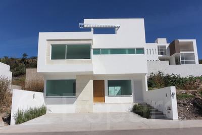 Casa: 2 Pisos,3 Recámaras, 4 Baños, Cochera Y Jardín En Qro.