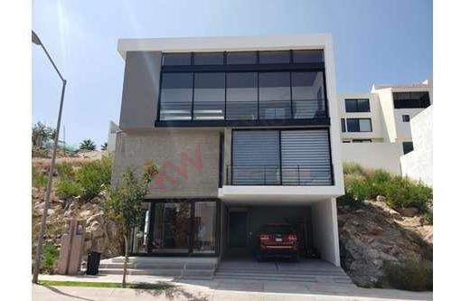 Casa En Venta Dentro De Fraccionamiento Monterra. Residencia De Tres Niveles. / Casa / Casa En Venta / Ubicado En Fraccionamiento Monterra / Fraccionamiento Monterra / Residencial / Excelente Ubicaci
