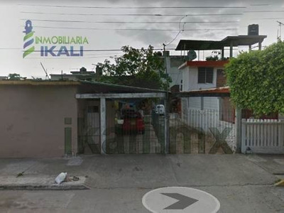 Venta Casa 4 Habitaciones Col. Tajin Poza Rica. Ubicada En La Calle Emiliano Zapata, Consta De 2 Plantas, En La Planta Baja Cuenta Con Jardín, 2 Habitaciones Con Baño Completo Compartido, Sala Con Me