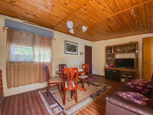 Venta De Casa 2 Dormitorios Con Patio, Parrillero Y Garaje En La Comercial