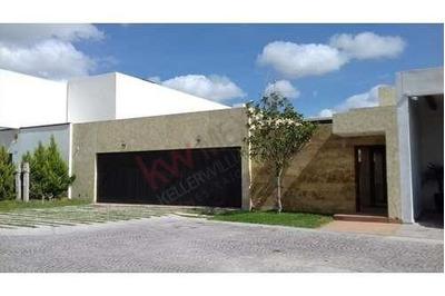 Venta Hermosa Residencia En Fraccionamiento Privado Con Campo De Golf, Alberca Y Amplio Jardín