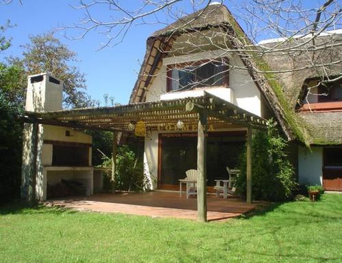 Casa En Solanas, A 2 Cuadras Del Mar.- Ref: 4650