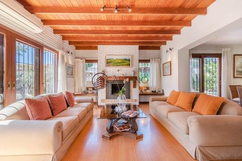 Espectacular Casa De Cinco Dormitorios Y Piscina En Venta - Playa Mansa- Ref: 2734