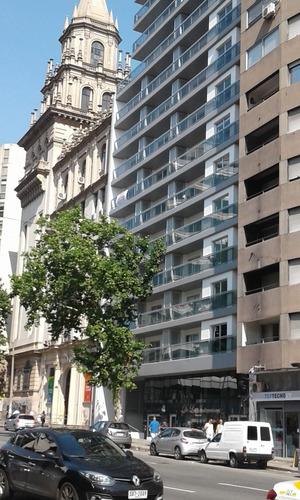 Monoambiente Al Frente En 18 De Julio Con Garaje. 094461229