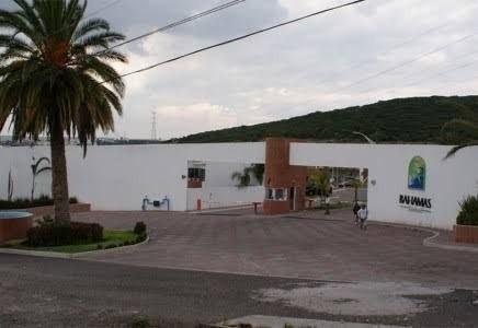 Macrolote Comercial 2,804.12 M2 A Un Lado De Residencial Bahamas