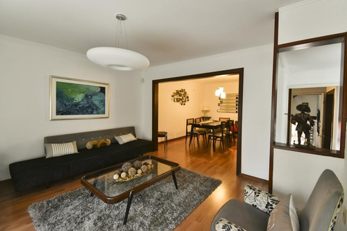 ¡muy Linda Casa En Calle Tranquila,  3 Dormitorios, Barbacoa, Garaje Para 2 Autos!
