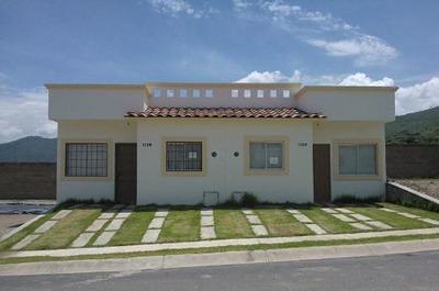Hermosa Casa Ubicada En Tlajomulco En Condominio Con Alberca