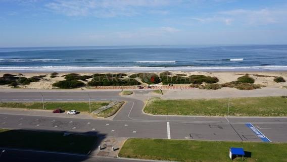 Venta Apartamento Frente Al Mar, Muy Buena Vista A La Brava. Punta Del Este- Ref: 807