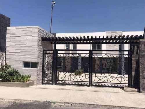 Casa En Venta En Fraccionamiento Residencial Cerca De Centro Comercial Periplaza.