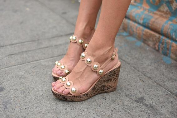 Sandália Anabela Feminina Com Pedras De Bolas Dourada