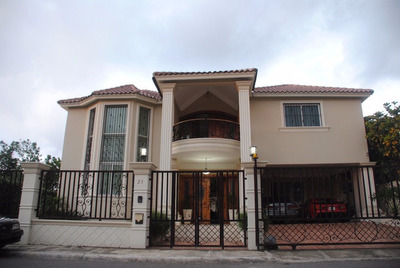 Casa De Venta Con Gazebo Y Patio En Gurabo, Santiago Rac-106