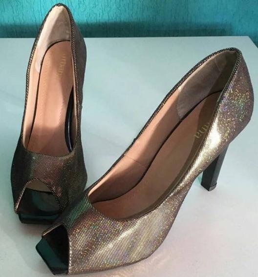 Sapato Pep Toe Com Brilho Ouro Velho