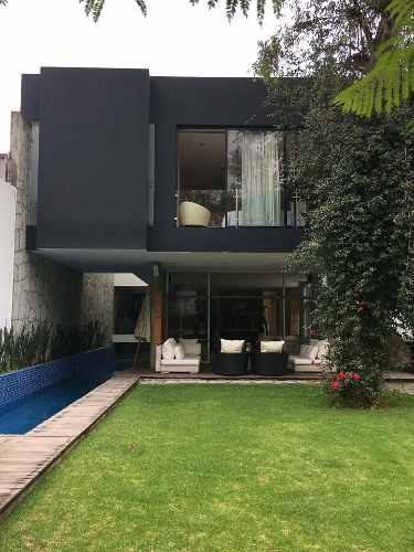 Casa Con Gran Diseño Calle Cerrada