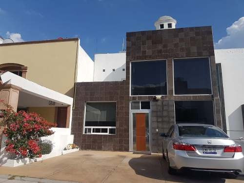 Casa En Venta En Milenio De 3 Niveles En Privada Con Alberca