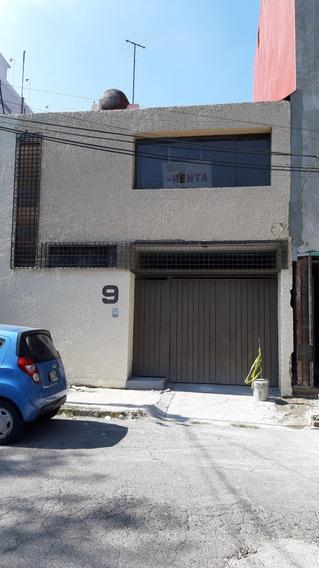 Casa En Dos Niveles En Calle Con Camellón Cerca Conscripto