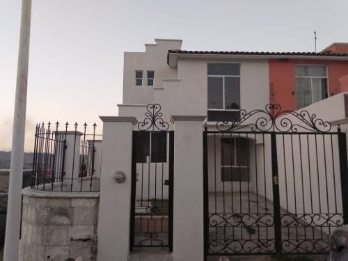 Casa En Col. Paseo De Las Cañadas Antes Del Vado, Tonala