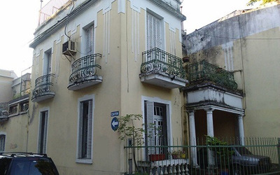 Casa De 3 Dormitorios, Cochera, Patio Y Terraza
