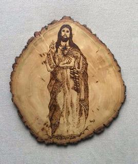 Corazon De Jesús Grabado En Troncos De Madera Con Pirografía