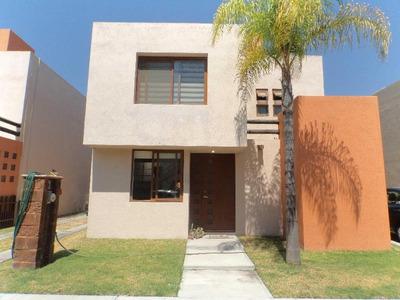 Casa En Venta Puerta Real, Corregidora, Querétaro. En Condominio Con 3 Recamaras, 3 Estacionamientos