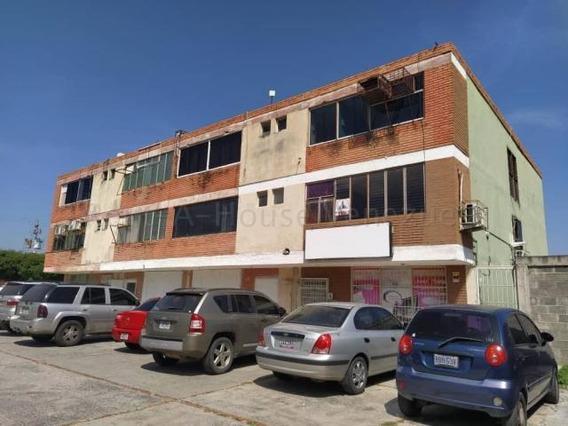 Comercial En Venta Cabudare Centro, Al 20-8416