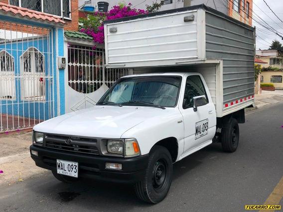 Toyota Hilux 4x2 2400cc Mt