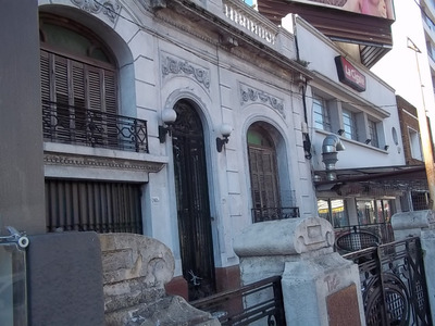 Venta De Amplia Casa Sobre Avenida. Ideal Colegio, Clinica