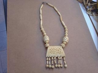 Antiguo Collar Hueso Asiatico Tallado Sobre Material Noble