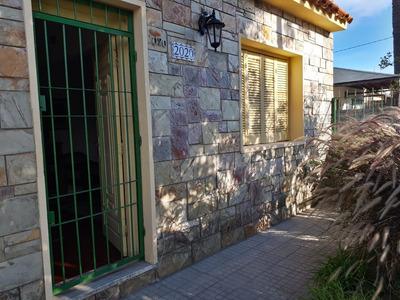 Amplia Casa A 1 Y 1/2 De Av. Italia Con Excelente Fondo