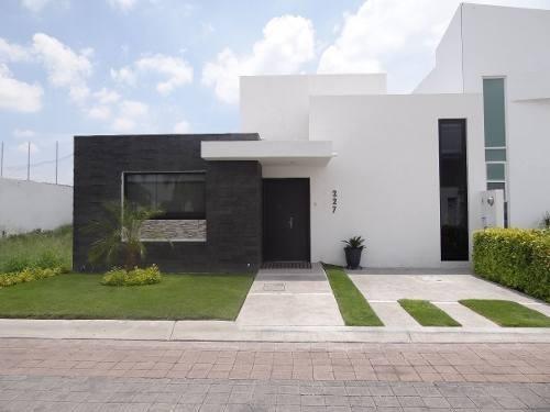 Se Vende Amplia Casa De Una Planta Con Excelente Ubicación