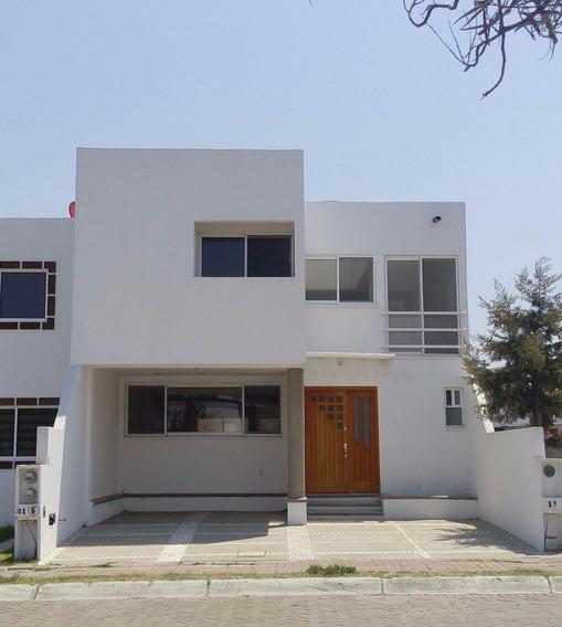 Bonita Y Amplia Casa Con Recámara En Planta Baja