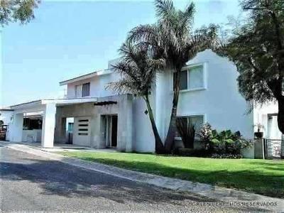 Preciosa Residencia Con Finos Acabados Y Un Excelente Diseño