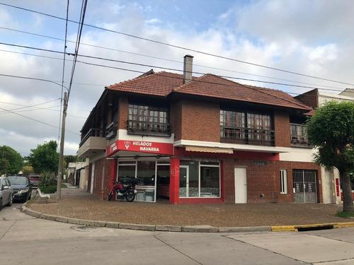 Chalet En Pa Con Local En Esquina Sobre Barrio Villa Primera En Venta