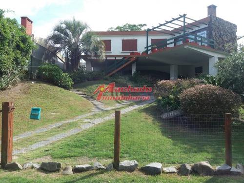 Excelente Ubicacion Para Vivir Todo El Año! Casa En Venta Zona De Playa Mansa Cerca De La Playa- Ref: 5601