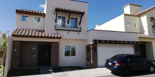 Preciosa Casa - Fracc. La Vista, Estilo Californiano, Alberca, 3 Recámaras, Lujo