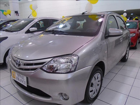 Toyota Etios Renault ( Shopping Aricanduva )