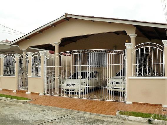 Casa En Venta En Brisas Del Golf, Panamá Cercada!