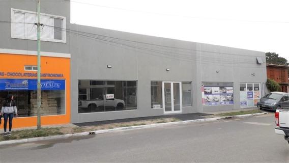 Amplio Local Comercial Sobre Av. Tucumán.