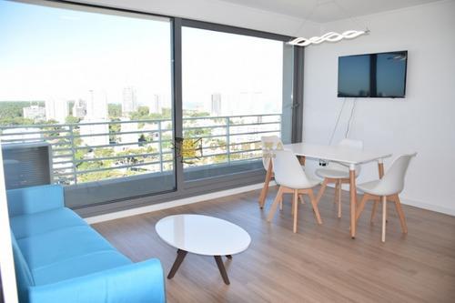 Apartamento Muy Cerca De La Peninsula  Y De La Playa, Cuenta Con 2 Dormitorios, 2 Baños, Living-comedor, Cocina , Terraza Y Garaje.- Ref: 1911