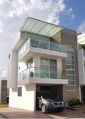 Casa Esquinera De 5 Habitaciones+ Estudio Y 4 Baños