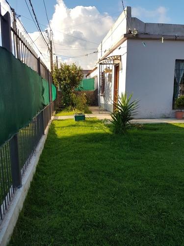 Casa Con Amplio Patio Y Jardin!