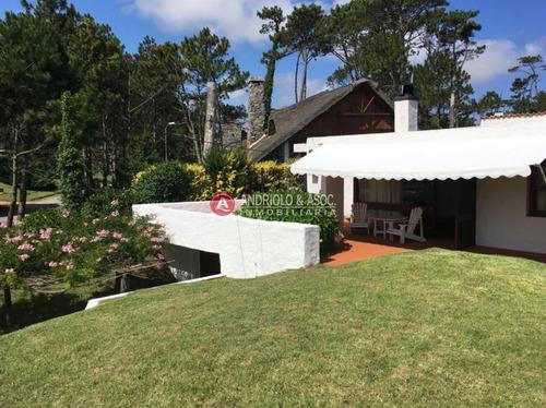 Casa En Playa Mansa A 150 Metros Del Mar, Impecable Estado- Ref: 6356