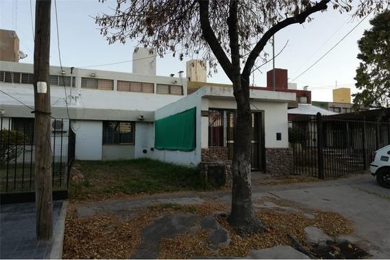 Casa De Dos Plantas En El Corazón De Barrio Fuchs