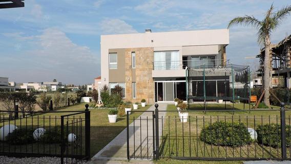 Venta - Casa Con Muelle En Barrio Las Golondrinas